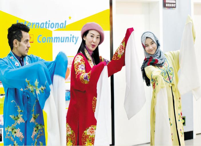 外籍人员迷上义乌传统文化