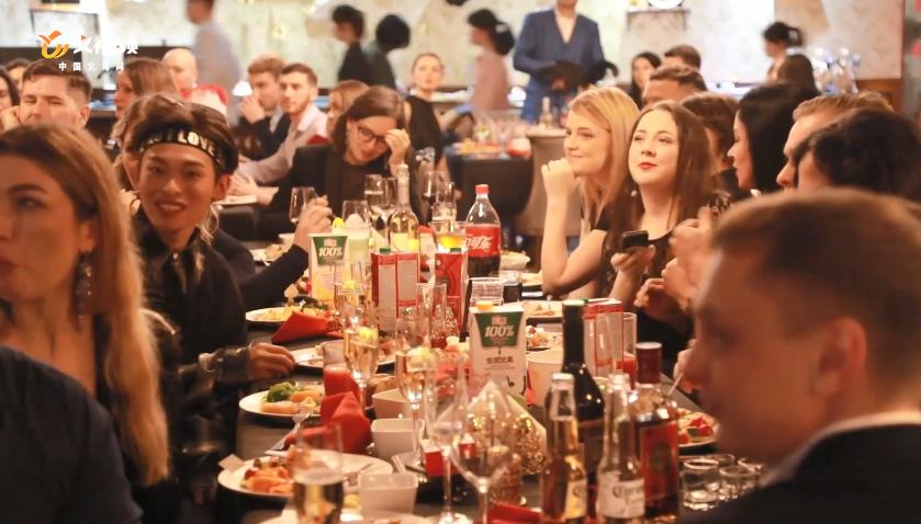 视频|颜值爆表!百名俄罗斯姑娘小伙在义乌迎新年
