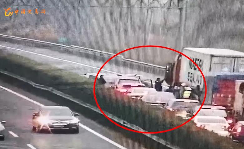 高速暖心一幕!5人小车侧翻 众人自发抬车疏通路段