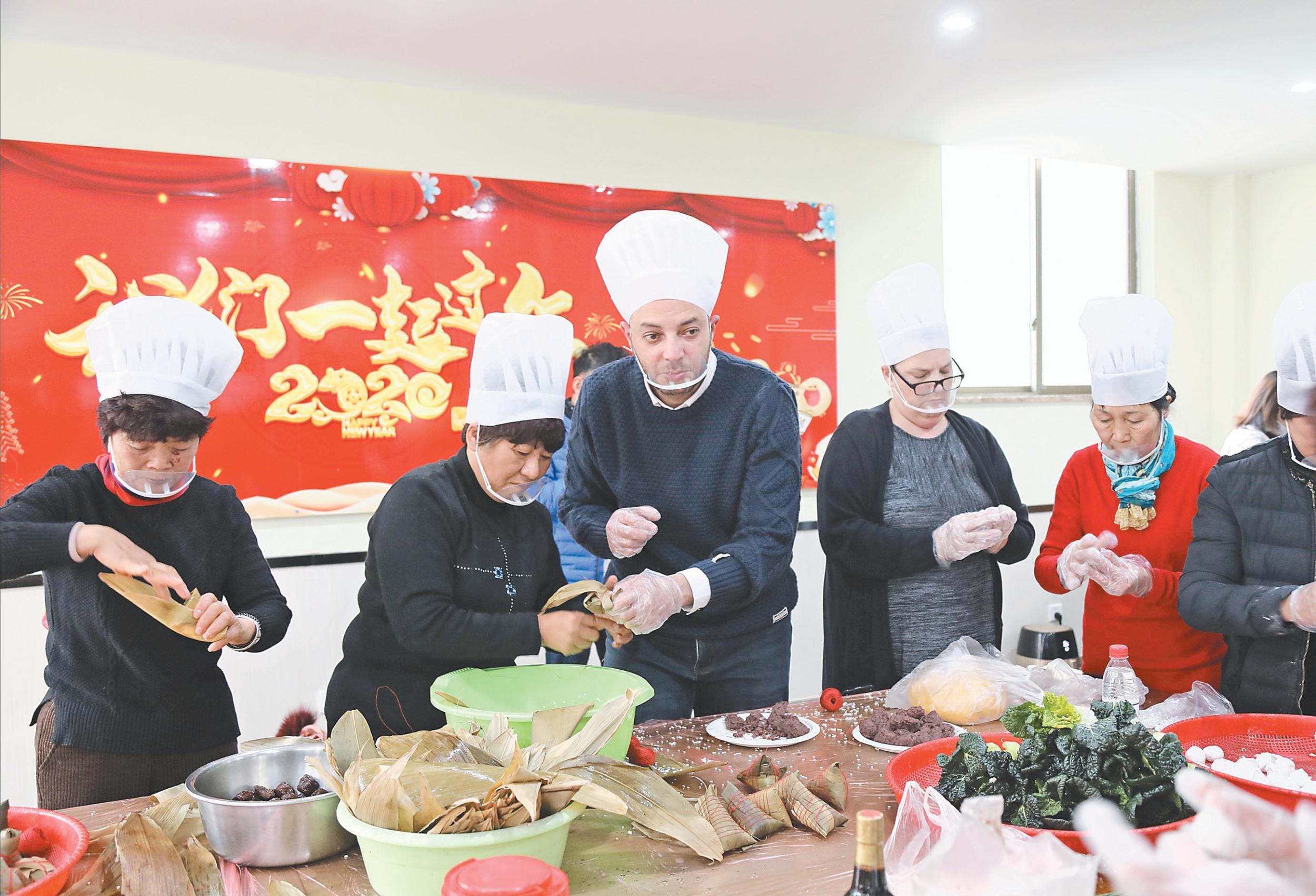 义乌:中外居民喜过中国小年