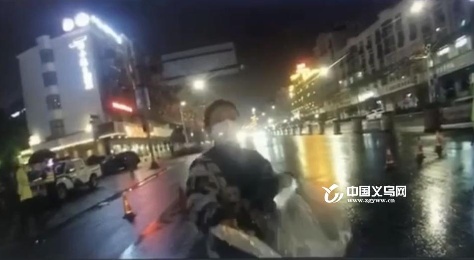 暖心!雨夜的车流中 义乌陌生女子为执勤民警送去口罩