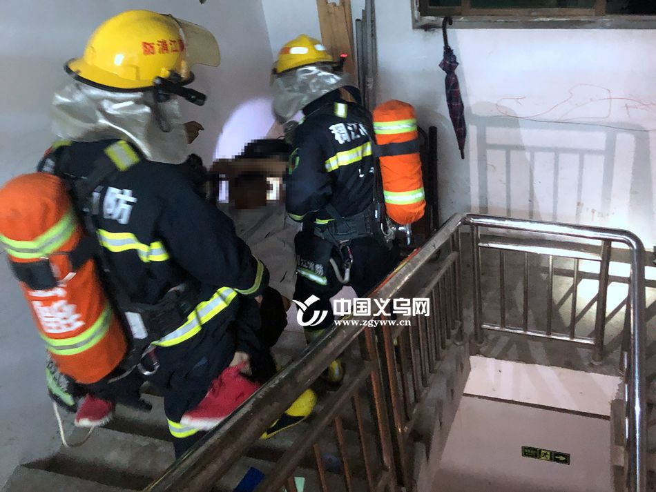 赌气丈夫烧妻子衣物被烟熏晕 消防员:分分钟窒息