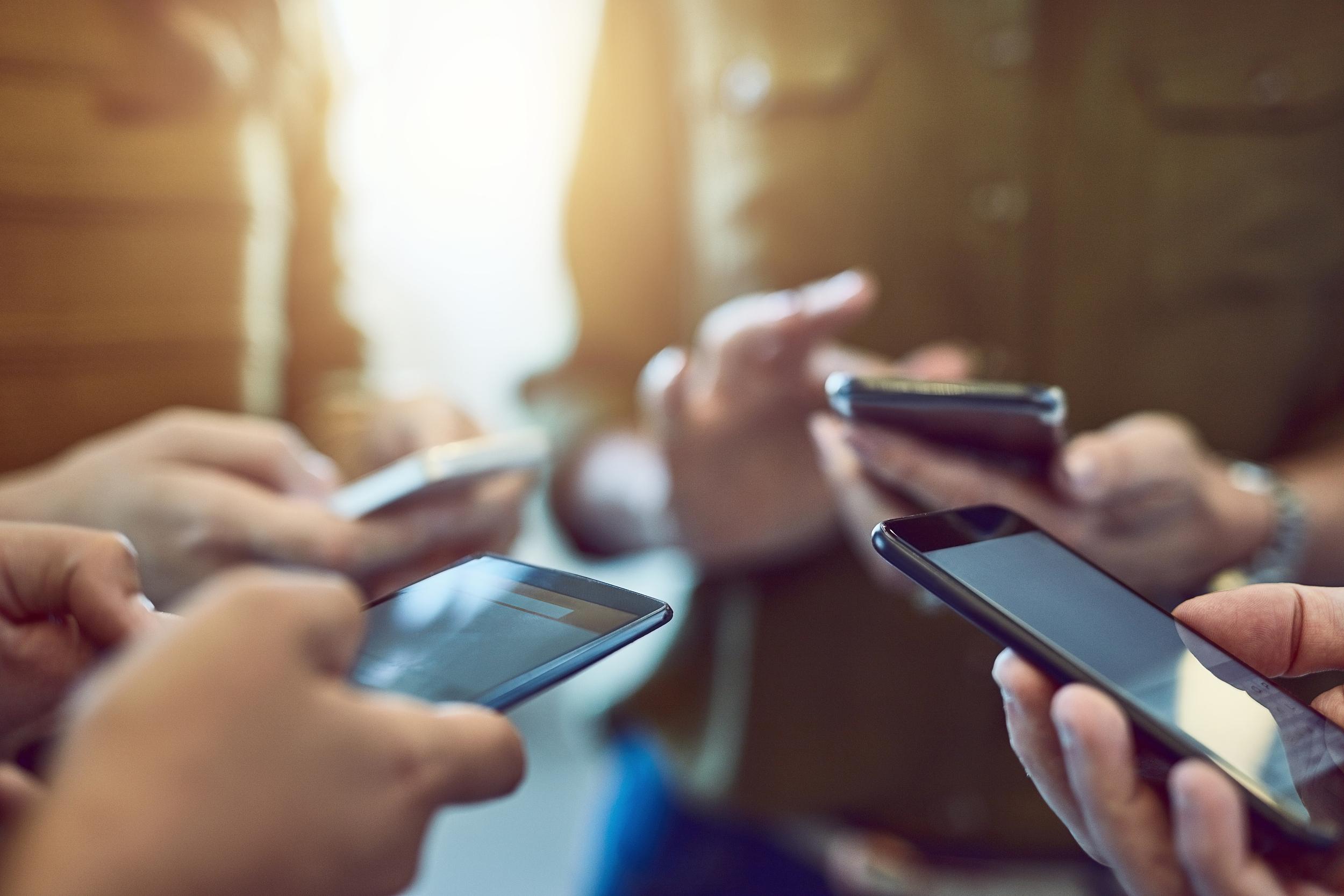 """免费送手机有""""陷阱"""" 消费者要多留心眼"""