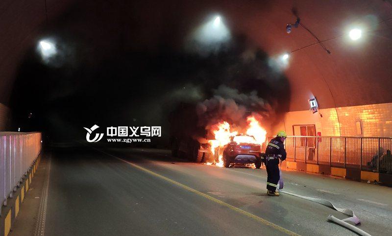 好险!义乌一小轿车追尾大货车 司机被救出瞬间燃起大火