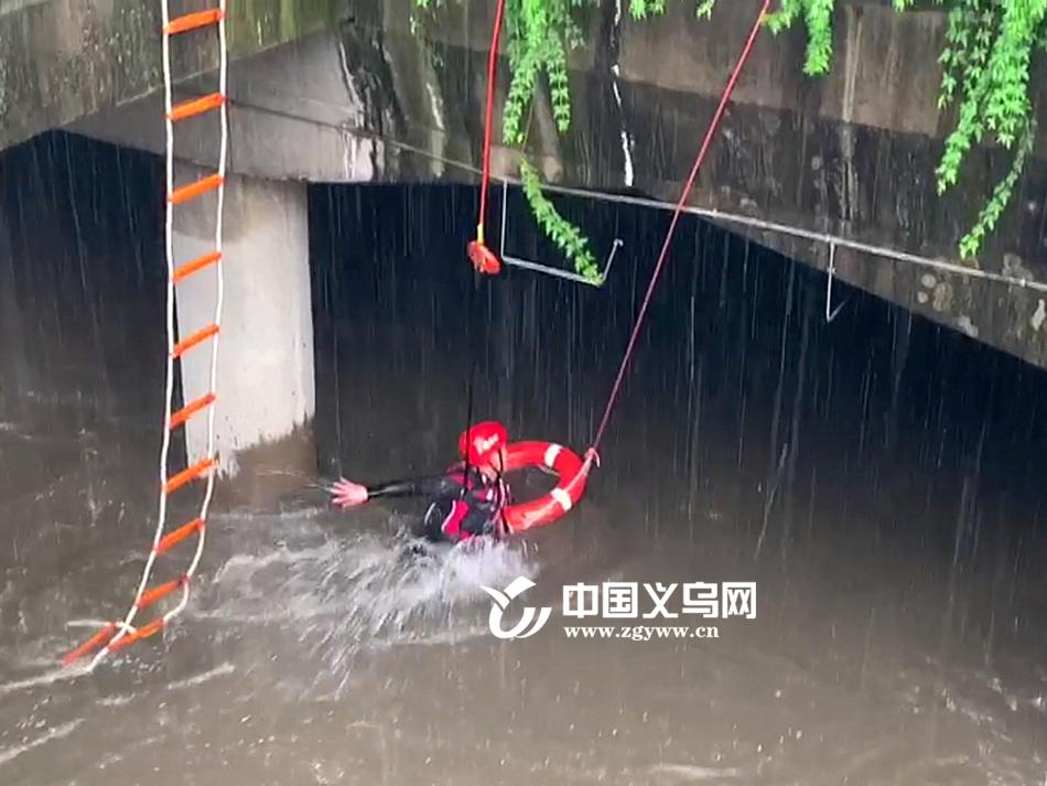 """入梅后义乌暴雨如注 消防员激流中""""逆行""""勇救4名被困人员"""