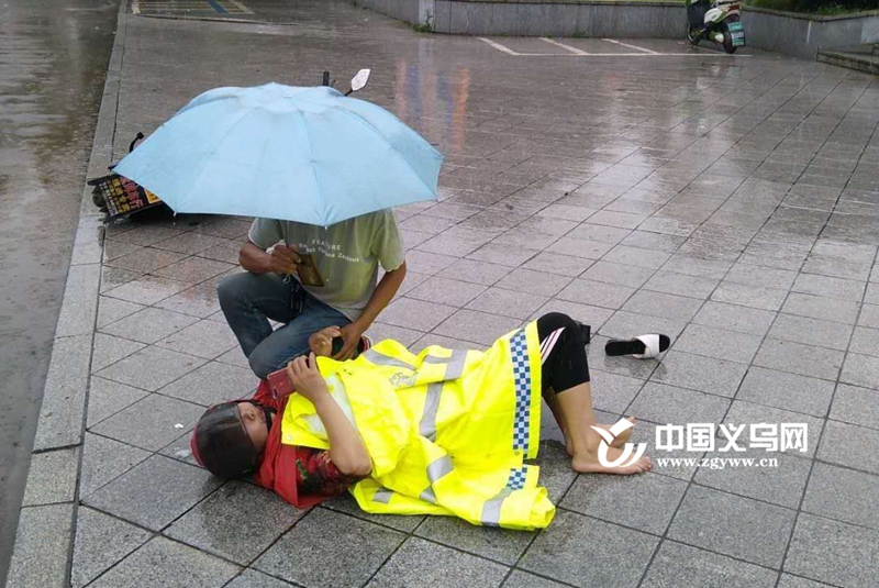 """【十八力】路遇摔倒市民 义乌城西街道两位城管秒变""""看护员"""""""