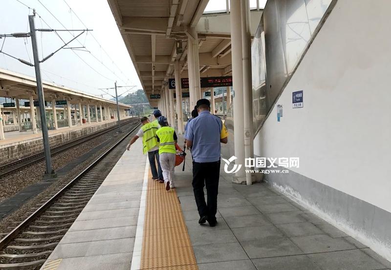 【十八力】女子站台上突然晕倒 义乌火车站上演暖心一幕