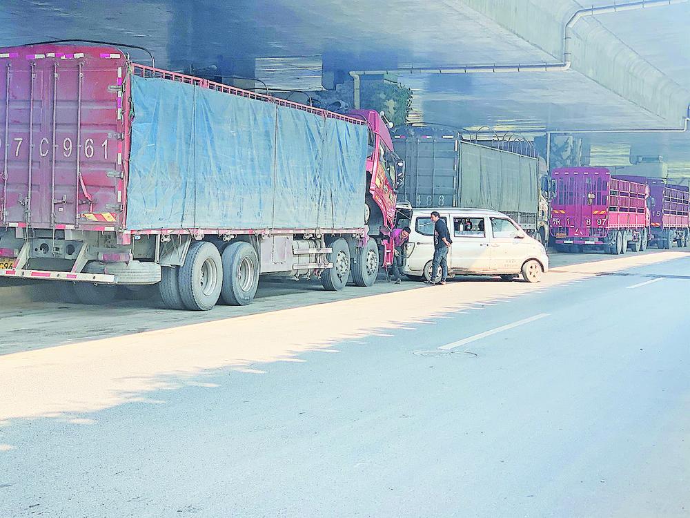 """义乌高架下的""""马路货运市场""""安全隐患大 路面""""黑斑""""多"""