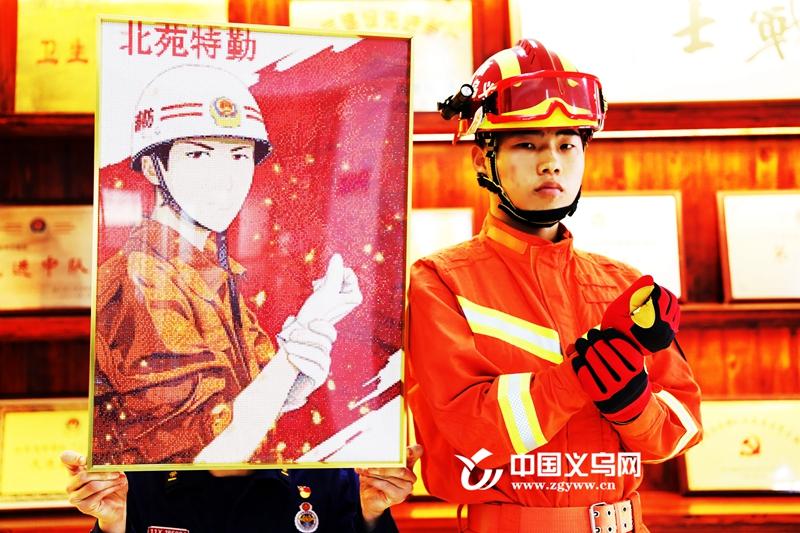 """义乌市民用30000颗""""小钻石"""" 为消防员纯手工打造暖心""""画像"""""""