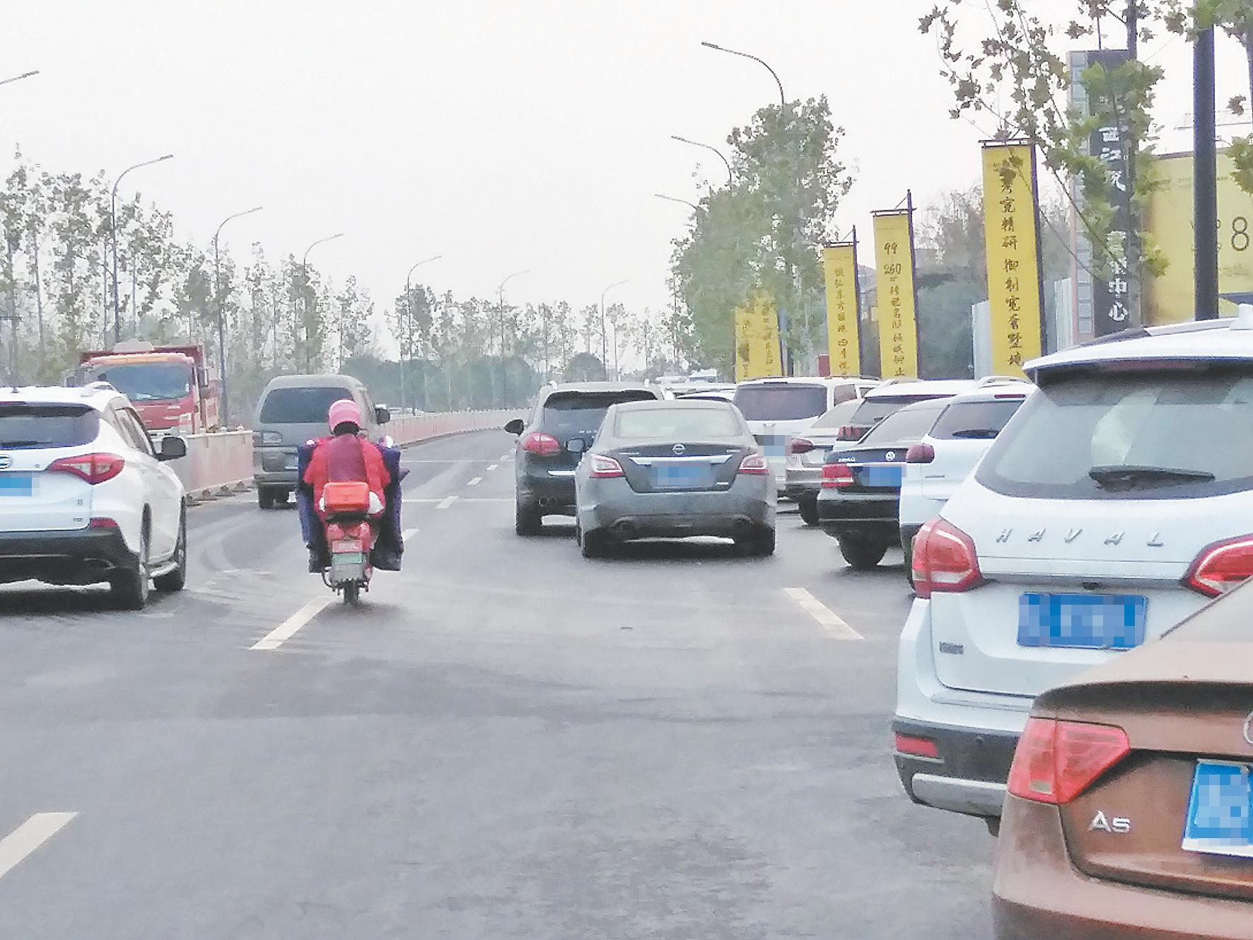 """近百辆车占道停放 交通安全隐患不小 西江路部分路段成""""停车场"""""""
