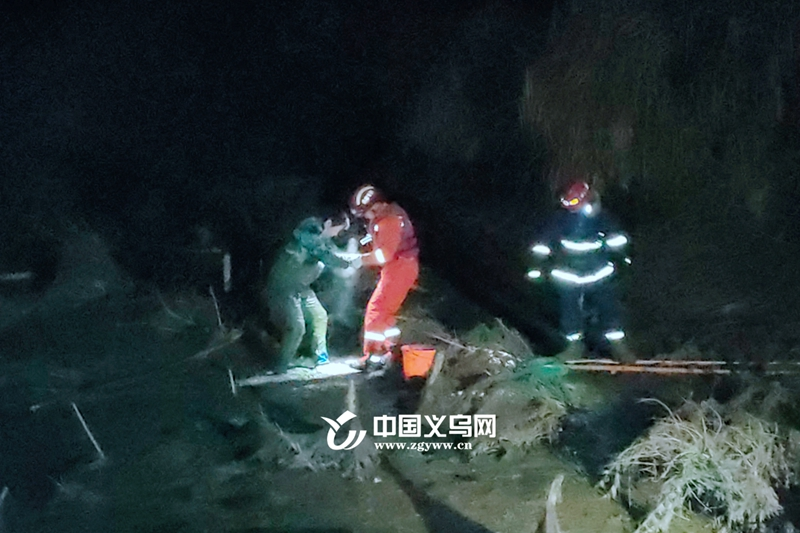 义乌一男子深陷淤泥 消防架梯救援