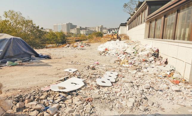 垃圾乱堆放 岸边搭小屋 航慈溪部分河道岸边乱象丛生