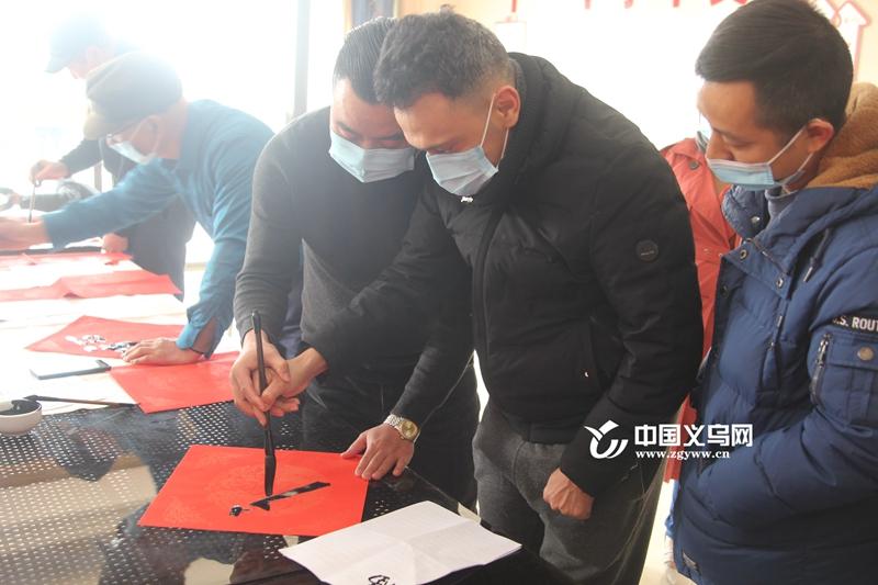 写福字 贴春联 留义外国人体验中国年味