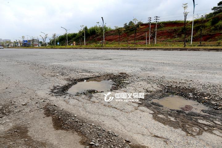 宗泽路莲塘路段坑多致汽车爆胎 相关部门:将尽快修复路面