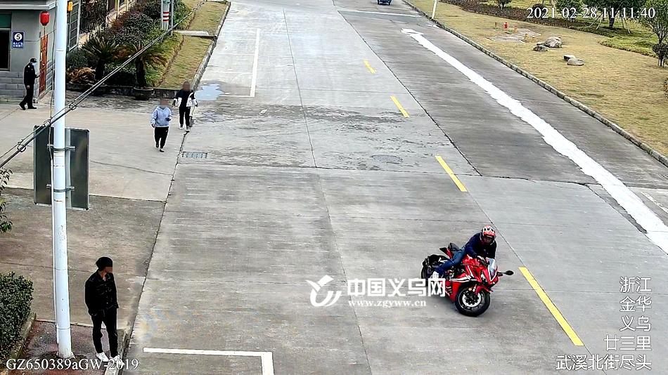 义乌男子骑车操作不当 摔下后坐地滑行近百米