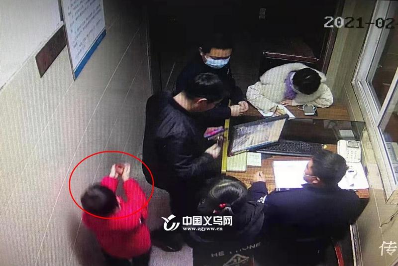 """【十八力】义乌9岁男孩捡到价值2万元珠宝 再三""""叮嘱""""警察叔叔""""找到失主"""""""