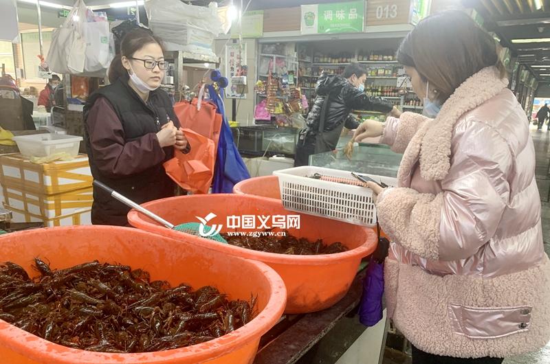 """""""虾""""一跳!小龙虾抢""""鲜""""在义乌上市 价格比平常贵一倍"""