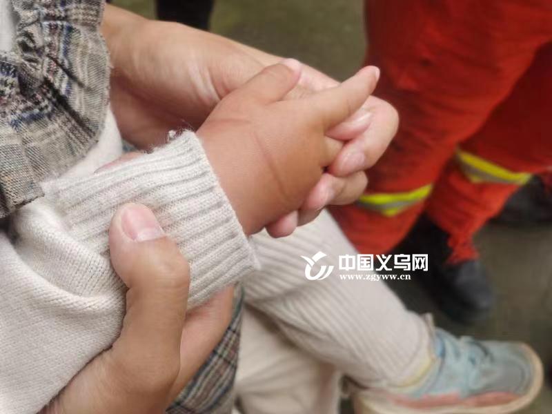 义乌19个月宝宝手卡玩具车 消防助其脱困