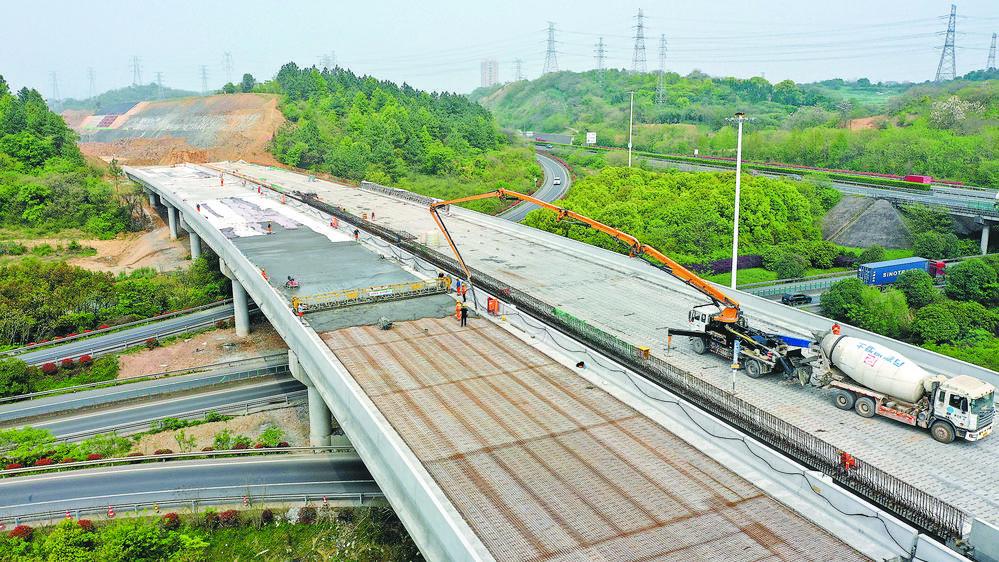 义乌江东连接线工程进行路面施工