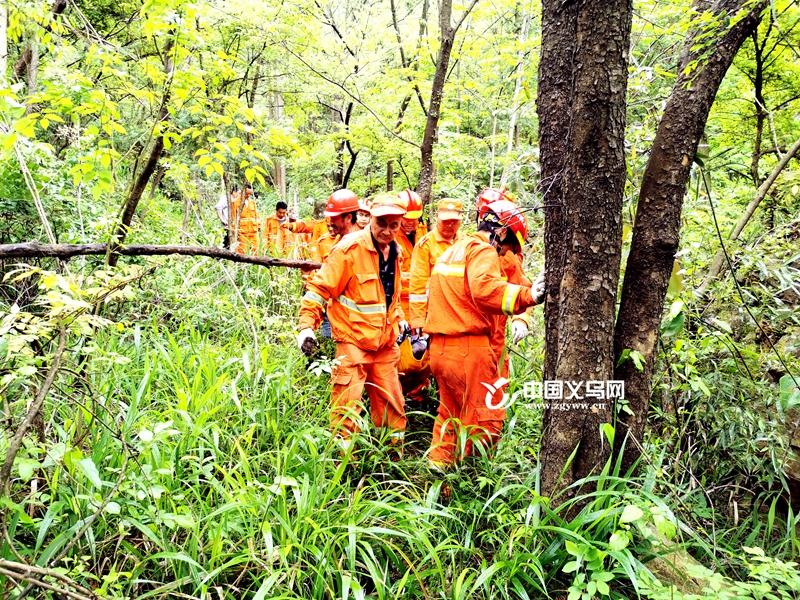 义乌一男子被困山上 消防联合多部门合力搜救