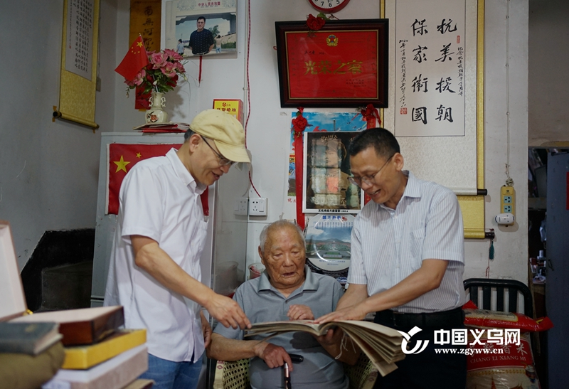 义乌市档案馆接收红色档案 老兵王化涛捐赠荣誉勋章、证书
