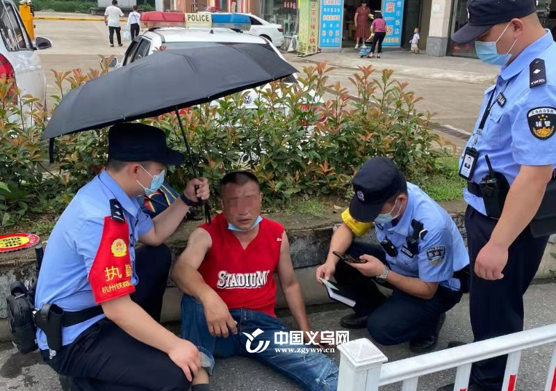 突发!义乌火车站一旅客口吐白沫浑身抽搐 民警及时展开救援