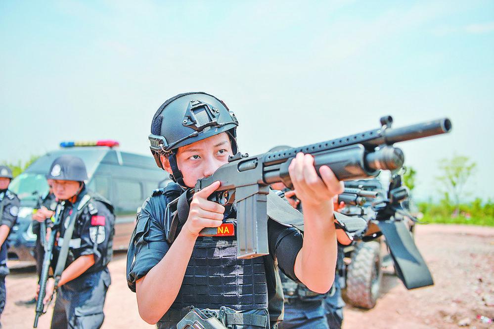 义乌巡特警:不惧酷暑练内功 以训为战砺精兵