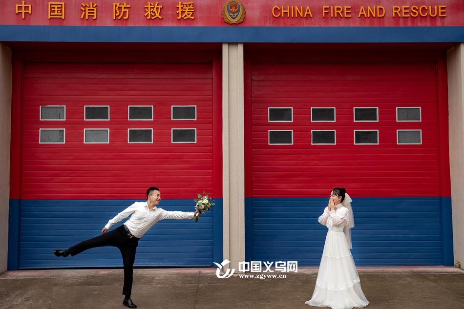 """消防员新郎承诺""""有空就拍婚纱照"""" 苦等后义乌新娘在七夕前做了个暖心决定"""